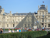 Louvre mit Pyramide